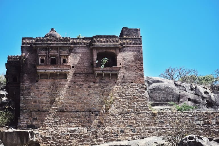 Mount Abu Me Ghumne Layak Aetihasik Sthal Achalgarh Fort In Hindi