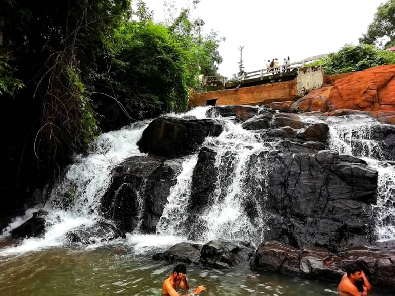 अरुविक्कुझी वाटरफाल्स कुमारकोम - Aruvikkuzhi Waterfall, Kumarakom in Hindi